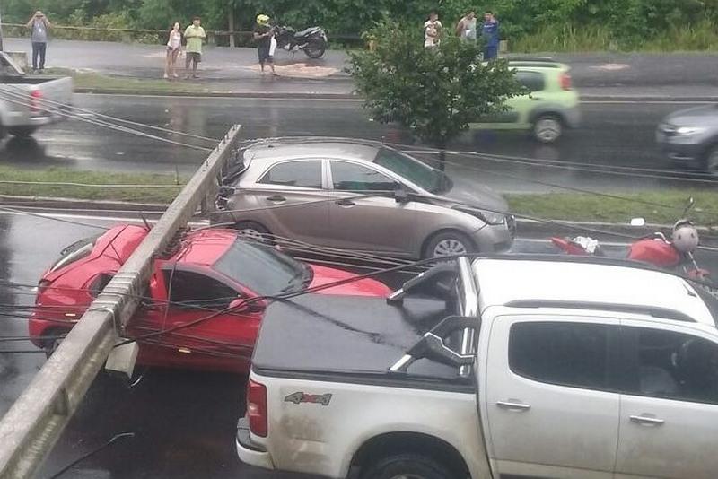 Postes caem no meio da rua e atingem oito carros na zona leste de Manaus