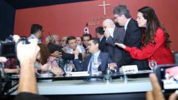 David Almeida (sentado) e Vicente Lopes à esquerda) discutiram na sessão da ALE e tiveram que ser contidos por seguranças (Foto: Divulgação)