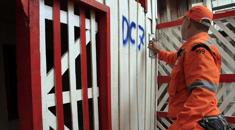 Casas são marcadas para possíveis remoção de família em caso de alagação (Foto: Altemar Alcântara/Semcom)