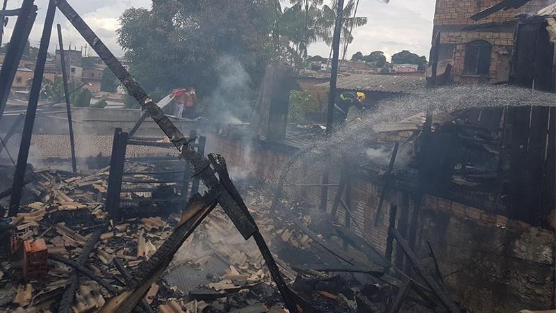 Incêndio destrói cinco casas de madeira no bairro Coroado, em Manaus