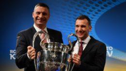Vitali Klitschko e Andriy Shevchenko exibiram a taça no sorteio da semifinal da Liga dos Campeões (Foto: Uefa/Divulgação)