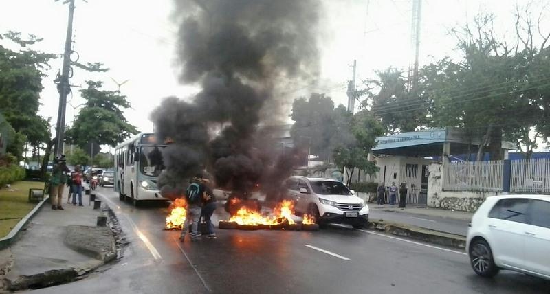 Manifestantes queimaram pneus em frente à Rede Amazônica em protesto contra a Rede Globo e a prisão do ex-presidente lula (Foto: ATUAL)