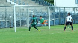 Lance de gol do Manaus na vitória sobre o Macapá. Goleada manteve time amazonense na liderança (Foto: Raiana Barreto/Divulgação)