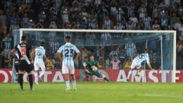 Goleiro Martin Silva defendeu dois pênaltis, mas não evitou a goleada do Racing (Foto: Paulo Fernandes/Vasco)