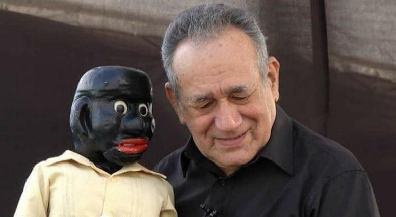 Oscarino Varjão com Peteleco, o boneco sem papas na língua que o tornou famoso como ventríloquo (Foto: Divulgação)