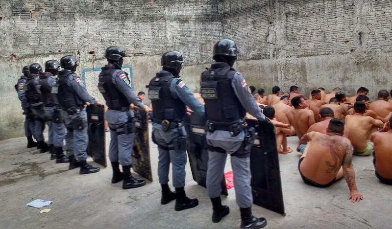 Polícia encontra um revólver, 12 facas e 19 celulares em presídio de Tefé