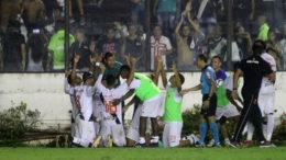 Jogadores festejaram gol de Pikachu, de pênalti, que garantiu a vitória do Vasco (Foto: Paulo Fernandes/Vasco)