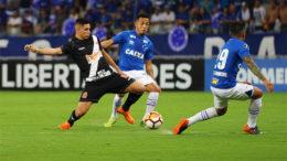 Paulinho em lance contra zagueiros do Cruzeiro (Foto: Carlos Gregório Jr/Vasco.com)
