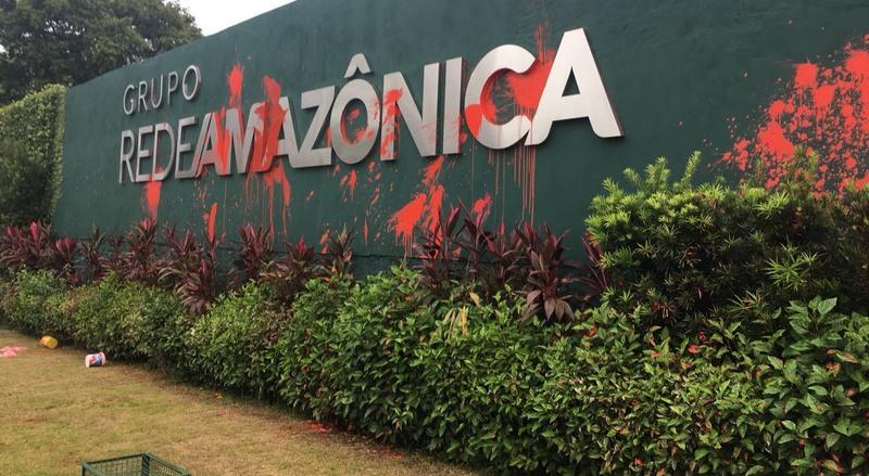 Muro da Rede Amazônica foi pichado com tinta vermelha pelos manifestantes (Foto: ATUAL)
