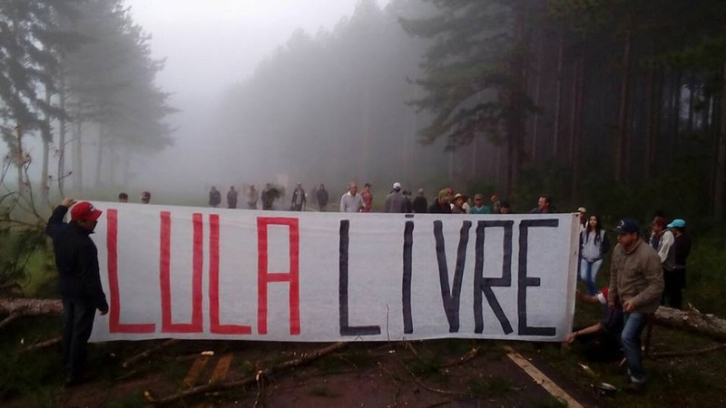 MST bloqueia estradas no Paraná contra a decretação da prisão de Lula