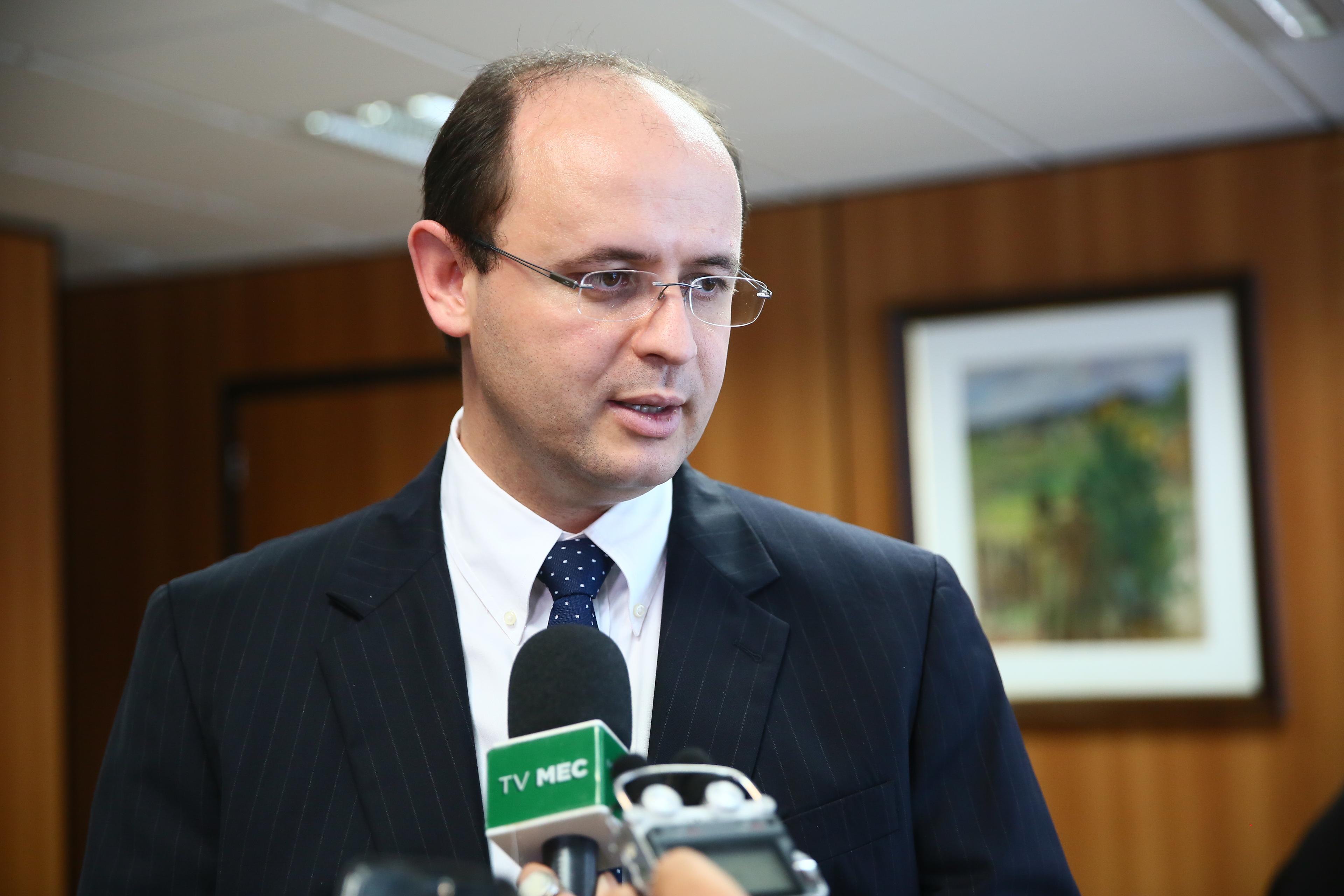 Ministro discute parcerias para desenvolver a educação em Manaus
