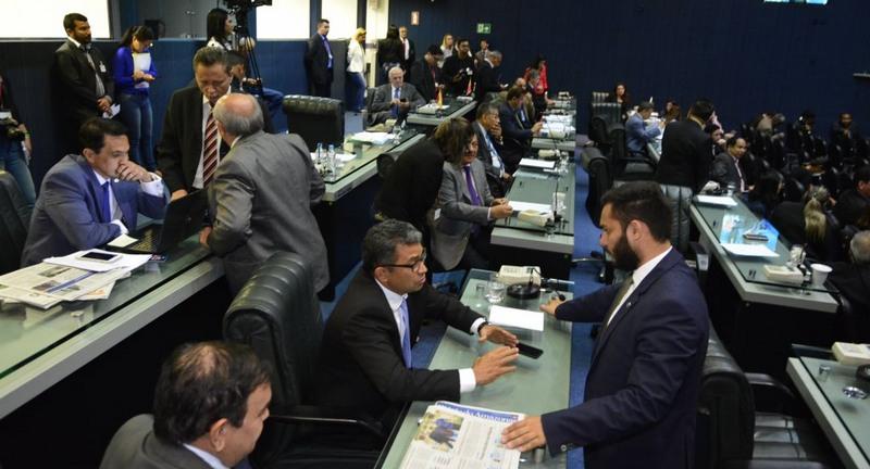 Deputados prometem derrubar veto de Amazonino sobre reajuste salarial para policiais militares