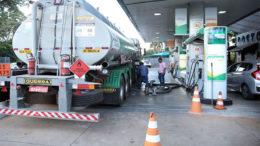 Caminhões voltaram a abastecer os postos de combustíveis nesse domingo após acordo com mo governo (Foto: Marcello Casal Jr./ABr)