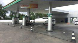 Cones bloqueiam acesso a bombas em posto de gasolina de Manaus que parou venda de combustíveis (Foto: ATUAL)