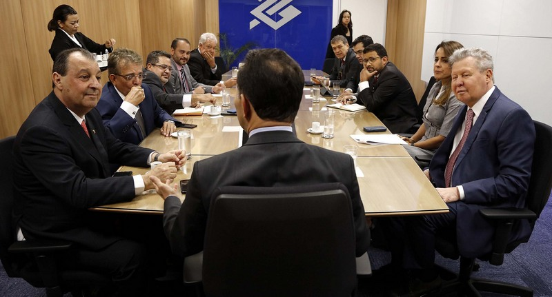 Arthur Neto (à direita) em conversa com José Pereira Filho e comitiva no Banco do Brasil (Foto: Mário Oliveira/Semcom)