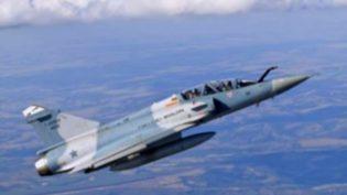 Avião da Força Aérea Brasileira cai no Rio; pilotos conseguem ejetar