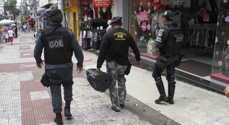 Agentes da Guarda Municipal apreenderam aparelhos de som de lojas no Centro de Manaus (Foto: Arlesson Sicsú/Semcom)