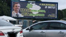 Outdoor expõe slogans de campanha de Bolsonaro, mas sem pedido de votos, conforme entendimento do TSE (Foto: ATUAL)