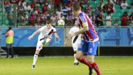 Vagner tentou acertar o gol do Bahia, mas não conseguiu furar bloqueio da zaga em derrota do Vasco (Foto: Paulo Fernandes/Vasco)