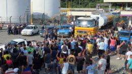 Caminhão sai de refinaria no Rio de Janeiro para abastecer postos sob protesto de caminhoneiros (Foto: Vladimir Platonow/ABr)