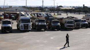 Caminhoneiros paralisam rodovias contra aumento nos preços do diesel