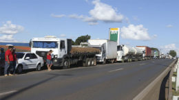 Líderes de caminhoneiros fizeram pedidos ao governo sobre alta no preço do diesel desde o ano passado, mas foram ignorados (Foto: Valter Campanato/ABr)