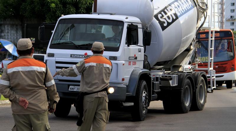 Nove motorista são autuados em Manaus por trafegarem em via fora do horário permitido