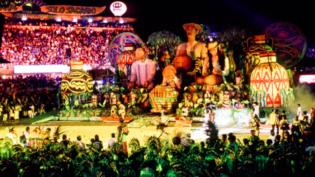 Chegada da 'cobra grande' reúne ritual de boi bumbá em Manaus