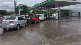 Motoristas amanheceram nos postos, neste sábado, em Manaus, mesmo com chuva intensa (Foto: ATUAL)