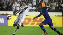 Thiago Galhardo foi bem marcado e não foi problema para a defesa do Cruzeiro, que aplicou goleada e praticamente se classificou na Libertadores (Foto: Paulo Fernandes/Vasco)