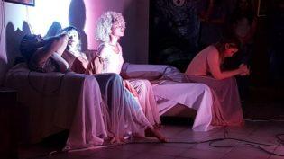 Bailarinas usam o improviso em espetáculos de dança gratuitos em Manaus