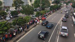 Fila de eleitores contorna A Secretaria de Fazenda, na zona centro-sul de Manaus (Foto: ATUAL)