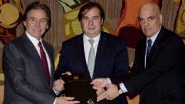 O senador Eunício Oliveira e o deputado Rodrigo Maia receberam documento de Alexandre de Moraes sobre mudanças na legislação penal (Foto: Wilson Dias/ABr)
