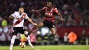 Vinícius Júnior tentou furar retranca do River, mas zagueiros do time argentino impediram (Foto: Staff Images/Flamengo)