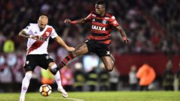 Vinícius Júnior tentou furar retranca do River, mas zagueiros do time argentino impediram (Foto: Staff Images/Flamengo)