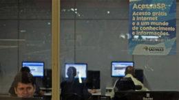 Pontos púlicos com acesso grátis à internet ainda são poucos nas cidades brasileiras (Foto: Rovena Rosa/ABr)