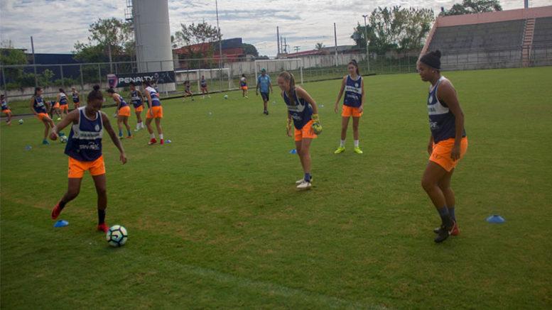 Jogadoras do Iranduba tiveram treino descontraído nesta quarta. Jogo contra Ferroviária garante liderança (Foto: Marcos Lima/Iranduba)