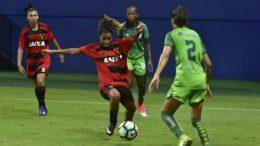 Iranduba (de verde) superou o Sport Recife em jogo na Arena da Amazônia (Foto: Mauro Neto/Sejel)