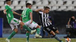 Jean sofre marcação de zagueiros do Audax, do Chile, mas Botafogo conseguiu classificação (Foto: Vitor Silva/SSPress Botafogo)