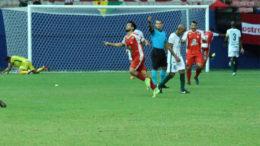 Rio Branco (de vermelho) conseguiu vitória no último minuto de jogo (Foto: Emanuel Mendes/Manaus FC)