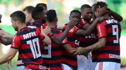 Jogadores festejaram gol de empate de Paolo Guerrero, mas Flamengo perdeu no último minuto de jogo para a Chapecoense (Foto: Staff Images/Flamengo)