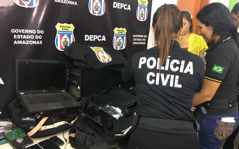 Policiais apreenderam computadores com material de pornografia infantil em Manaus (Foto: ATUAL)