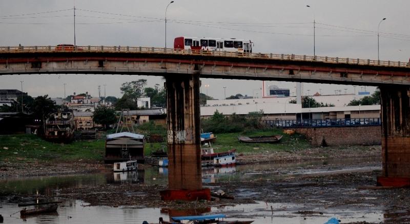 Ponte de Educandos está interditada a partir desta quinta-feira para o tráfego de veículos pesados (Foto: Valter Calheiros)