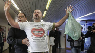 Criador de 'tomataço' é denunciado após protestos contra Gilmar Mendes