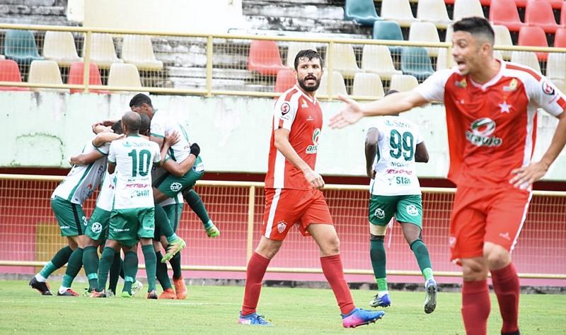 Jogadores do Manaus festejam gol que garantiu vitória sobre o Rio Branco (de vermelho) pela Série D do Brasileirão (Foto: Manoel Façanha/Divulgação)