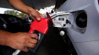 De quem é a culpa da crise dos combustíveis? Esquerda e direita estão em guerra nas redes sociais