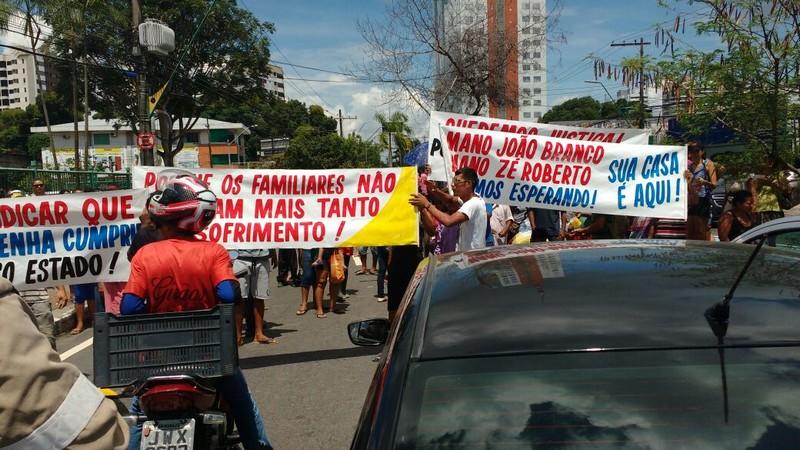 Manifestantes usaram faixas e cartazes para defender volta de criminosos a Manaus (Foto: WhatsApp/Reprodução)