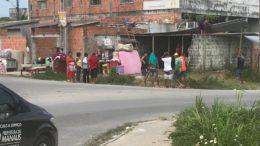 Grupo formado por homens, mulheres e crianças instalou telhas, eletrodomésticos e móveis no local (Foto: Divulgação)