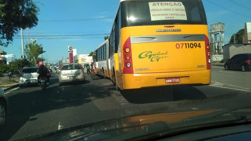 Com pneu estourado, ônibus dificultou trânsito e deixou passageiros a pé (Foto: ATUAL)