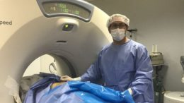 Procedimento 'radioablação' é guiado por tomografia para o tratamento do câncer de fígado em estágio inicial (Foto: FCecon/Divulgação)